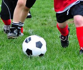 bambini-che-giocano-a-calcio