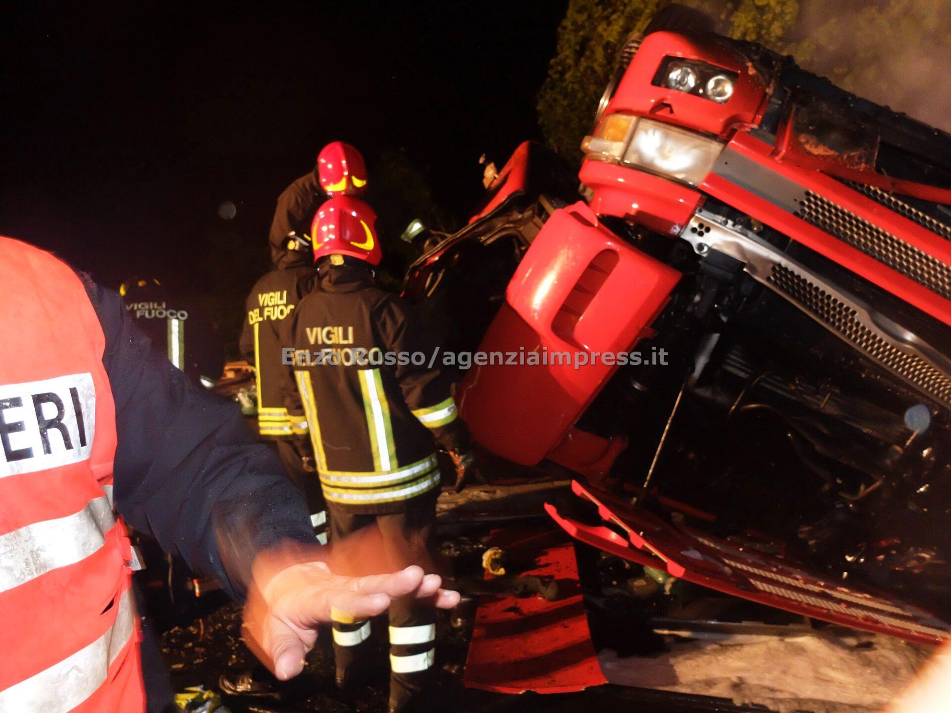 Camion si ribalta e prende fuoco sull'Aurelia, muore l'autista