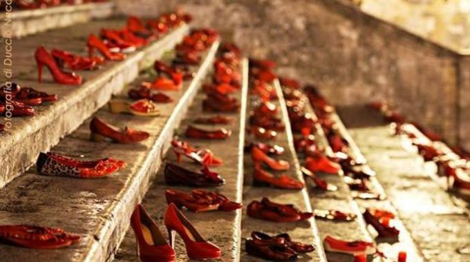 Risultati immagini per scarpe rosse  contro il femminicidio