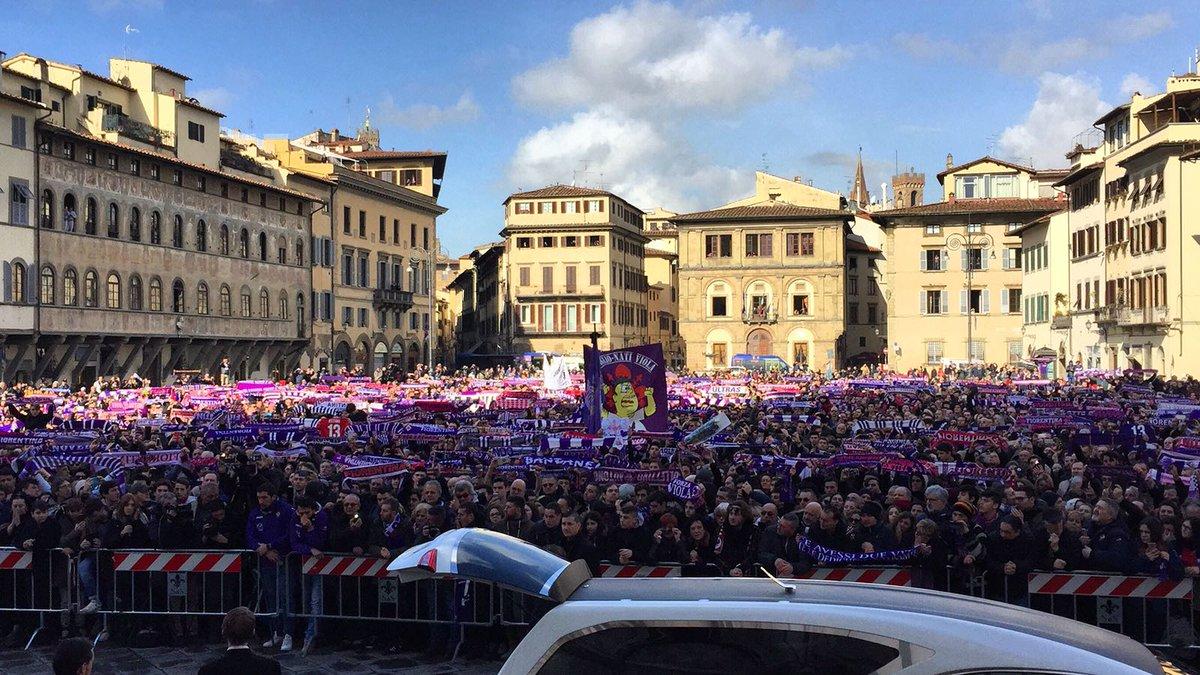 Funerali di Astori, migliaia di persone in piazza Santa Croce