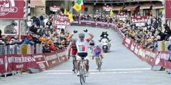 A braccia alzate in Piazza del Campo, Philippe Gilbert vince la Mps Strade Bianche 2011
