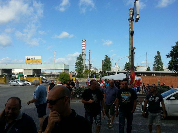 Marcia di protesta addetti appalti eni invadono aurelia for Ditte traslochi livorno