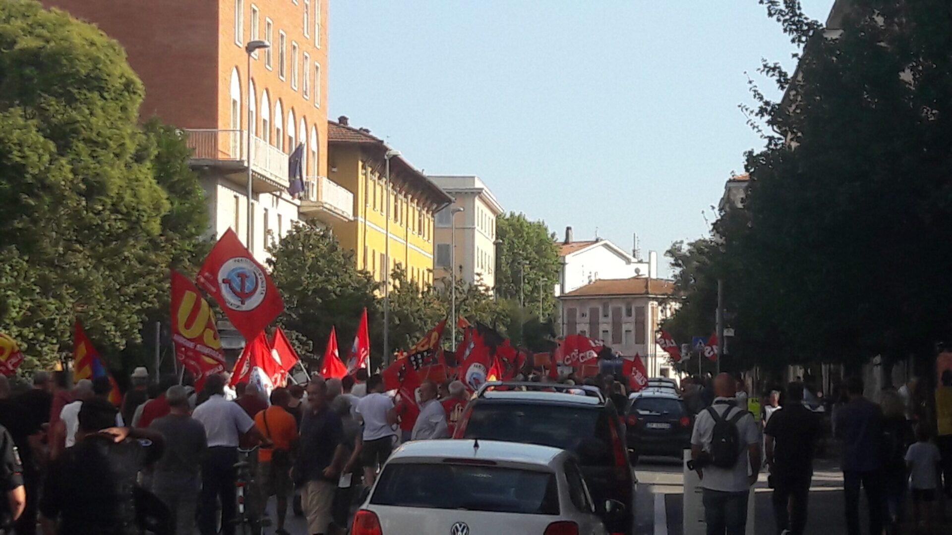 Raduno nero e piazze rosse. Il sabato caldo tra la festa di CasaPound e manifestazioni antifasciste