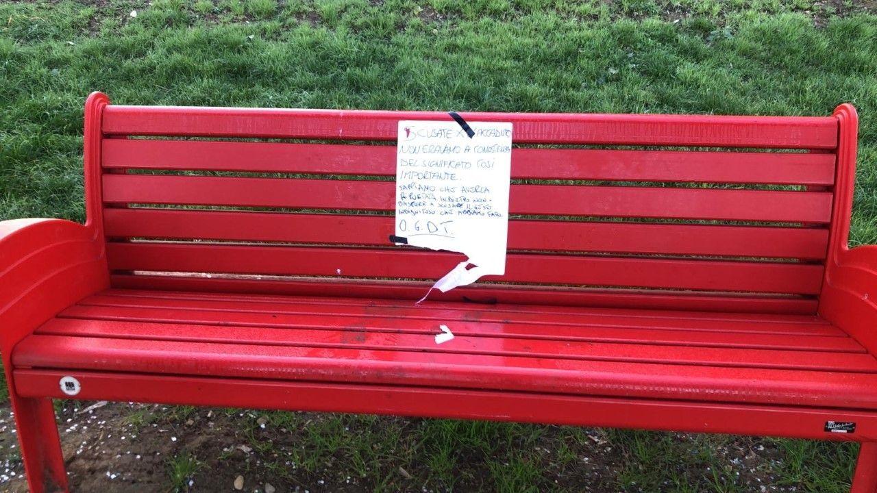 Furto e pentimento. Firenze, rubata e poi restituita la panchina rossa simbolo di antiviolenza