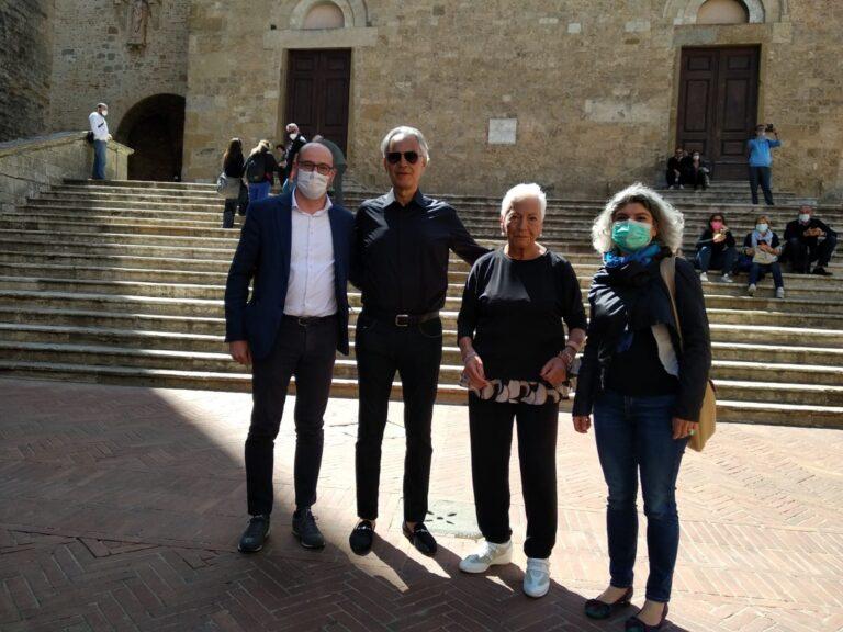 Andrea Bocelli a San Gimignano, arrivo a cavallo e canto in Duomo