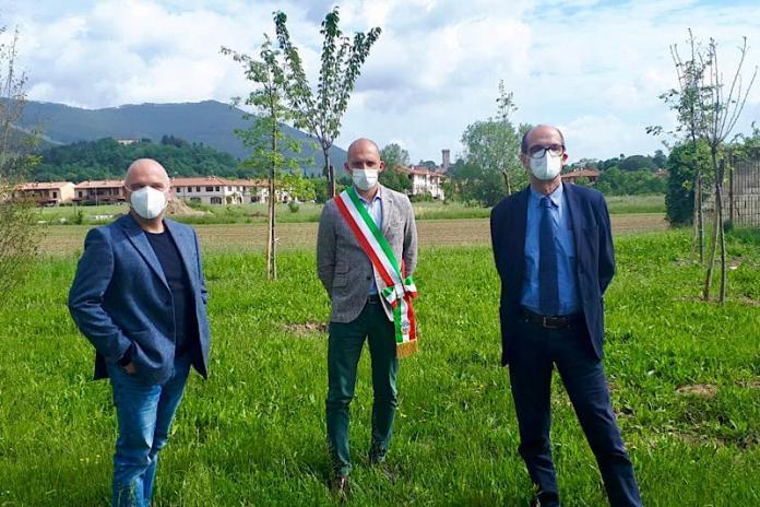 Un parco della memoria a Vicopisano, piantumati 54 alberi per le vittime del Covid
