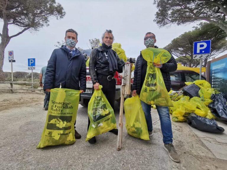 Clean beach tour, Pelù pulisce la spiaggia di Marina di Alberese con Legambiente