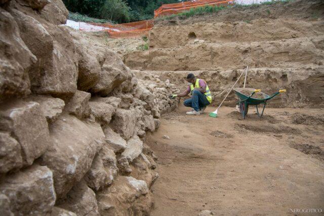Nuovi scavi al via nell'area del 'Colosseo di Volterra', archeologi alla ricerca di nuovi segreti del gigante di pietra