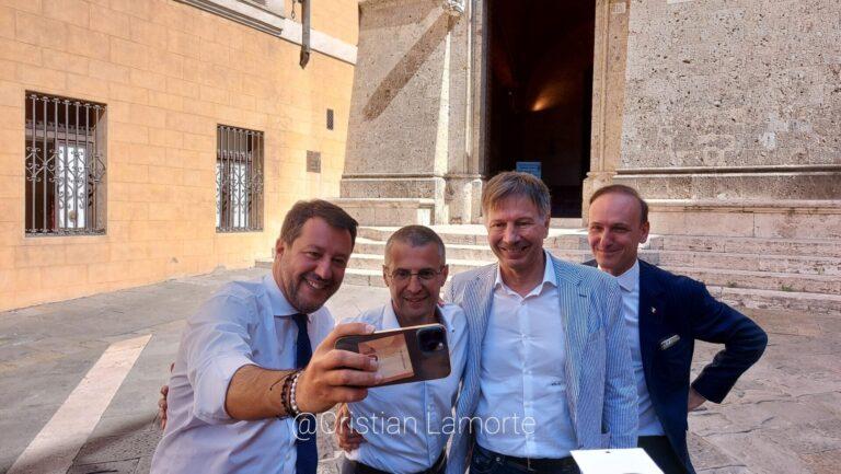 In banca con 10 euro. Salvini ironizza con Cirinnà: «Nella cuccia del mio cane non ho trovato 24mila euro»