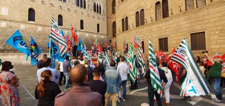 Mps, in 200 in piazza a Siena contro il matrimonio con Unicredit