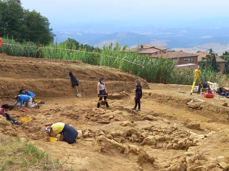 Volterra, lo scavo archeologico regala meraviglie. Tombe a camera di 2600 anni fa